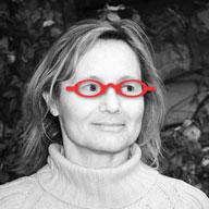 portrait noir et blanc de Dominique Luangpraseuth avec lunette rouge